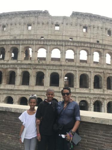 Quentin Murray (15), jeho sestra Jory (10) a jejich matka Mary Webb před Koloseem v Římě během své návštěvy Vatikánu, kde rodina vyprávěla příběh o tom, jak Quentin přežil leukémii. (Foto s laskavým svolením Mary Webb)